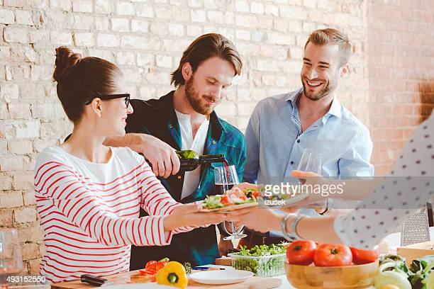 Freunde Kochen pizza in der modernen Küche zu