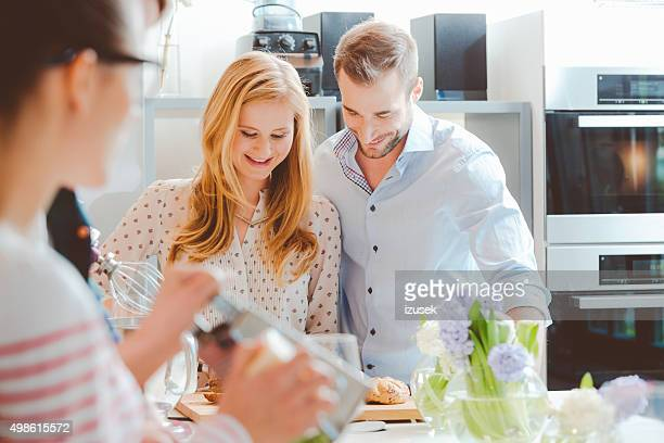 Freunde kochen zusammen in der modernen Küche