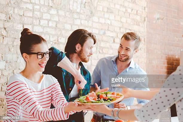 Freunde kochen zusammen in der modernen Küche und bereitet pizza