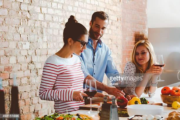 Freunde kochen zusammen
