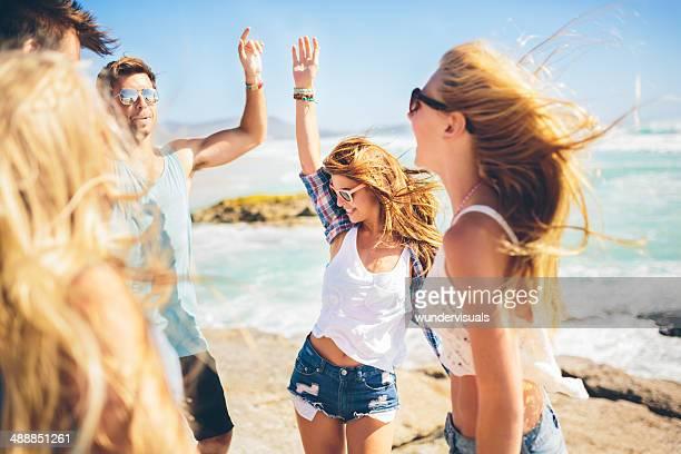 Amici ballare sulla spiaggia