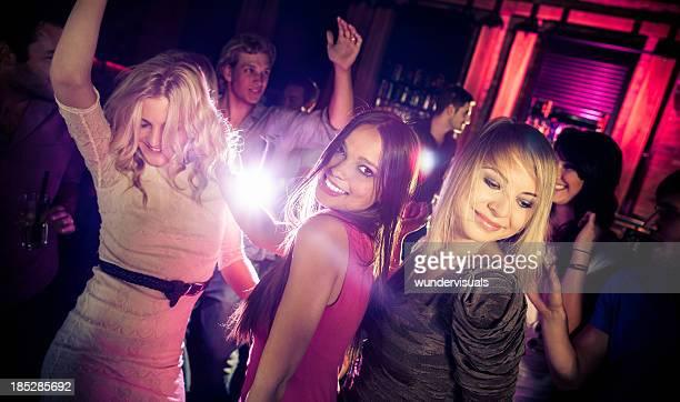 Amis dansant lors d'une fête