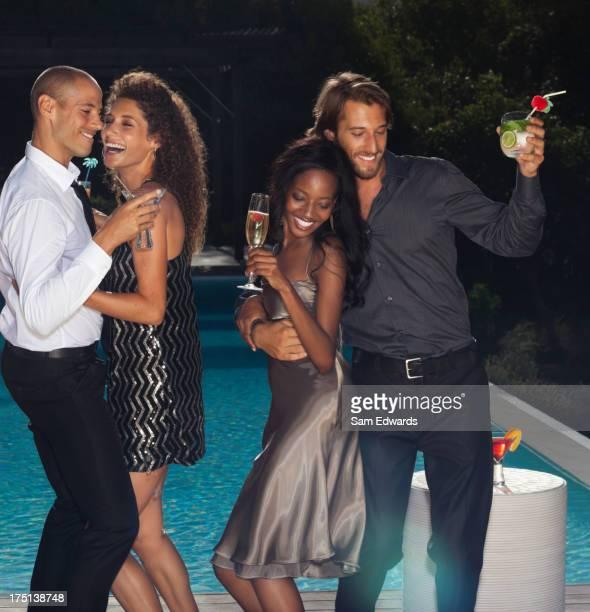 Amici ballare alla festa in piscina