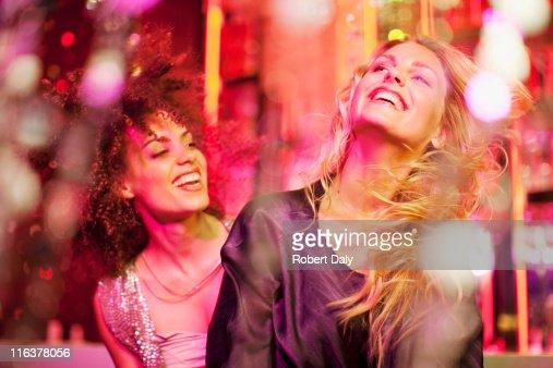 Friends dancing in nightclub : Bildbanksbilder