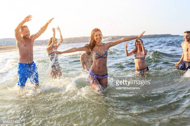 Freunde, tanzen im Meer