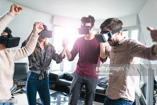 Freunde tanzen, die die VR-simulator Zusammenhalt