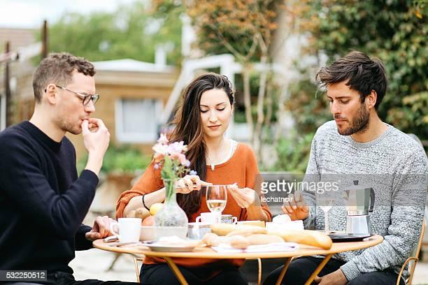 Amis de dîner dans le jardin de la banlieue de Paris