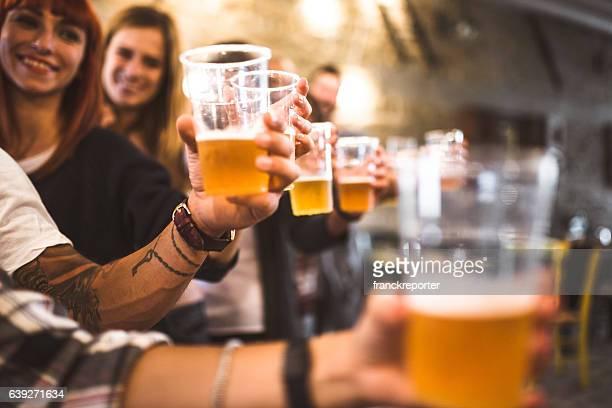 Freunde trinken Bier hautnah beim oktoberfest