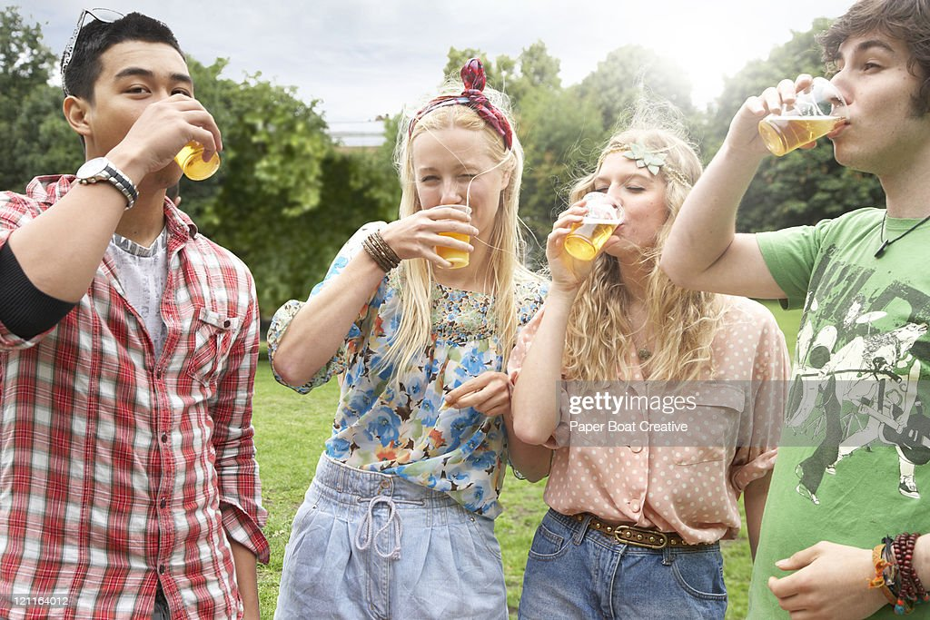 Friends drinking beer in the sun : Stock Photo