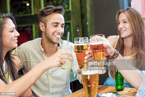 Freunde trinken Bier