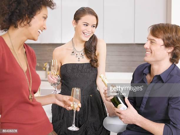 Amici bere Champagne alla festa
