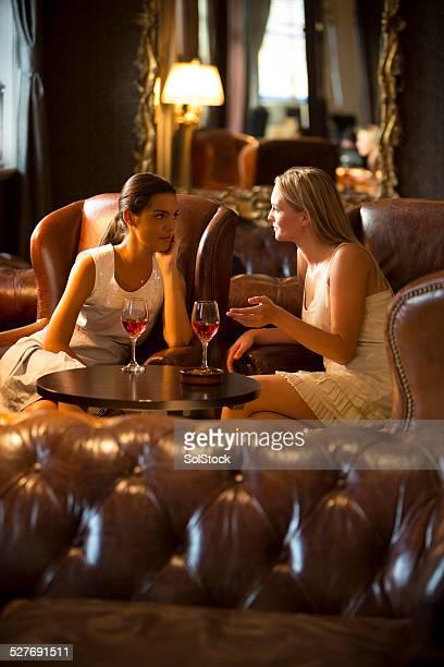 Freunde trinken Wein