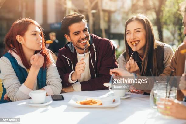 Amigos comiendo en un restaurante