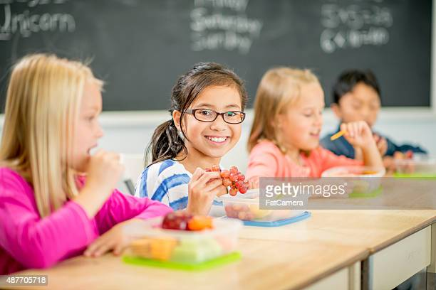 Amici di mangiare pranzo insieme a scuola