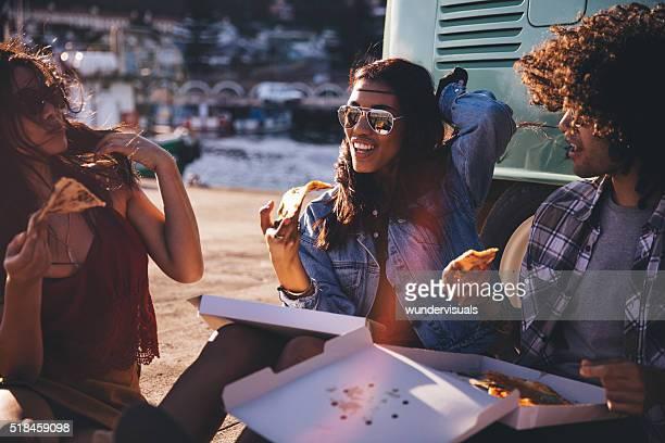 Freunde Essen Pizza im Hafen in der Nähe von vintage-van