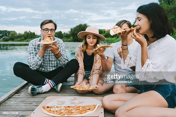 Amici mangiando pizza