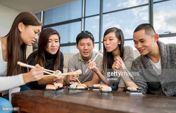 ご友人とご一緒にお寿司を食べる