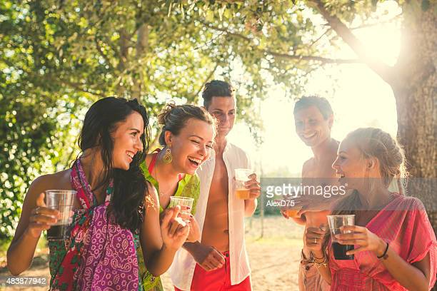 Amigos disfrutar de la puesta del sol en la playa