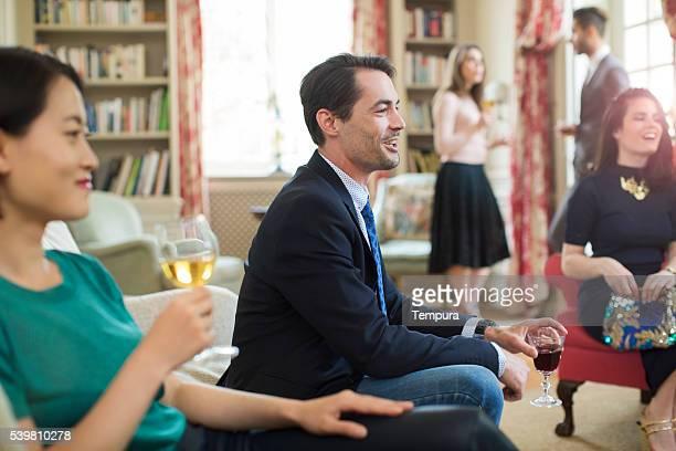 Freunde genießen ein Gespräch in einer luxuriösen Umgebung.