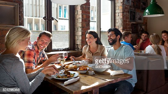 Amis appréciant un repas