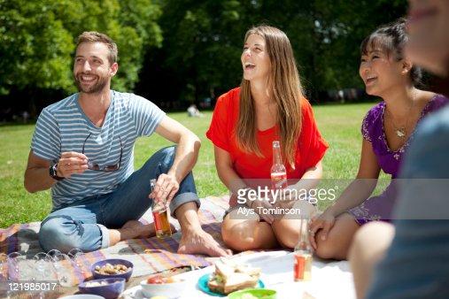 Friends Enjoying a Picnic in a City Park : Foto de stock