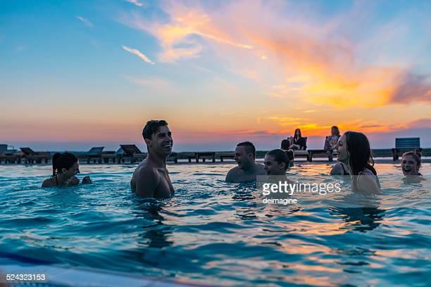 Freunde genießen Sie pool-party