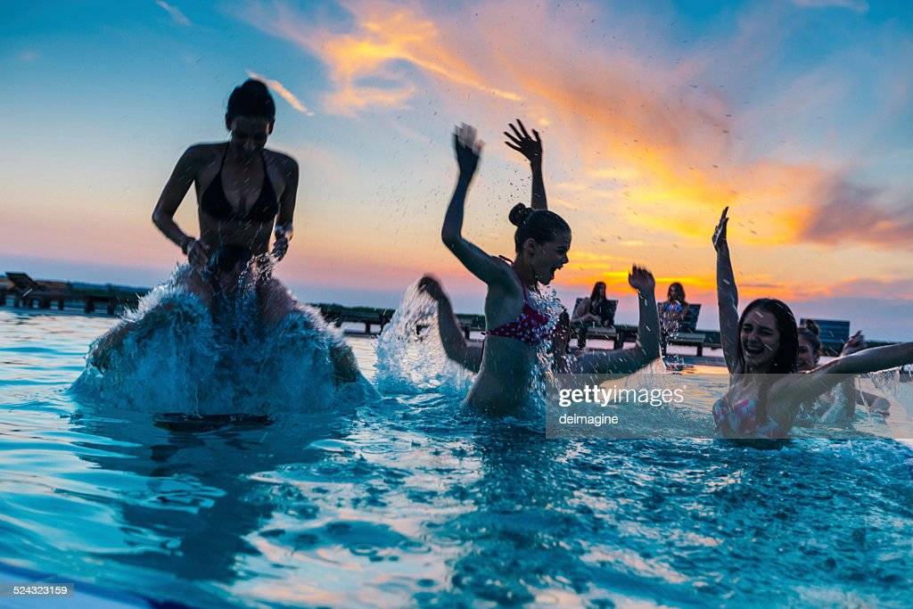 Friends enjoying a pool party stock photo getty images for Party in piscina