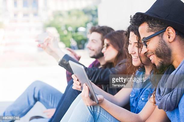 Freunde genießen und in einem digitalen tablet.
