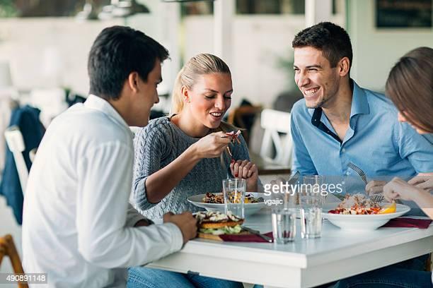 Freunde genießen Mittagessen im Restaurant.