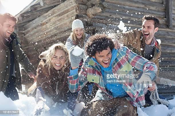 Freunde genießen Schneeballschlacht