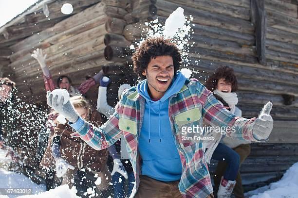 Amis appréciant la bataille de boules de neige