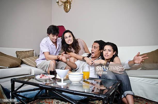 Freunde kämpfen für Fernseher