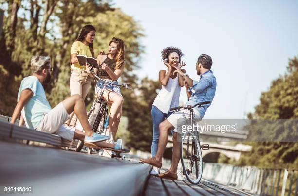 Amigos de reunión al aire libre