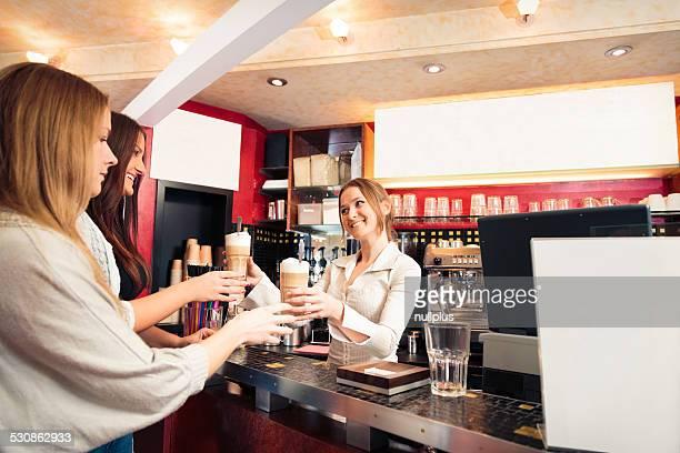 Amis de profiter d'une tasse de café