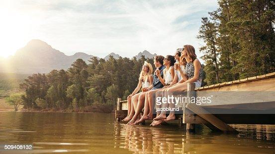 Amigos pendurado para fora na Lago : Foto de stock