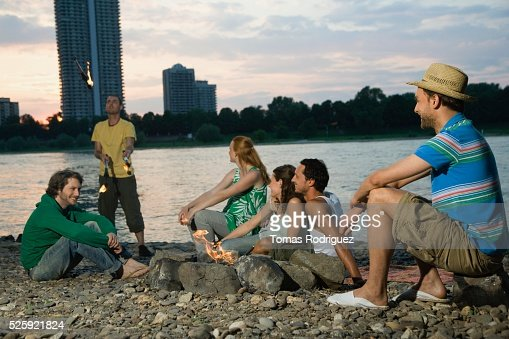 Friends Hanging Out by the Water : Stock-Foto