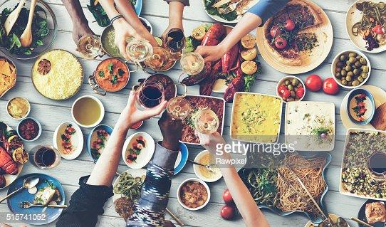 Amici felici godendo cena mangiare concetto : Foto stock
