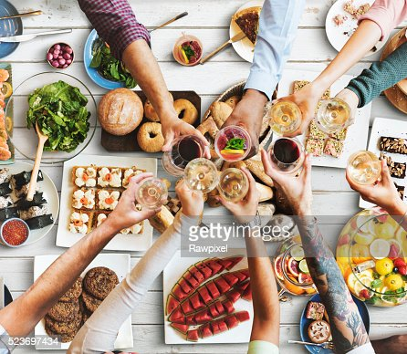 Amigos desfrutar Sala de jantar comer conceito de felicidade : Foto de stock