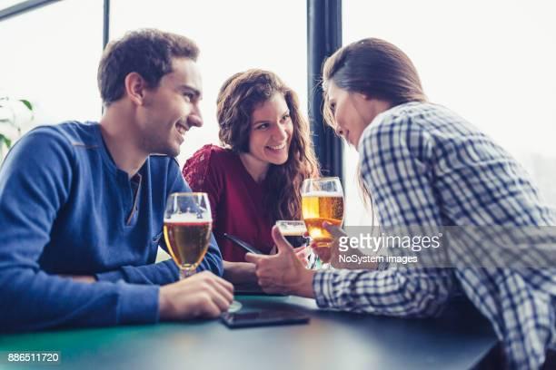 友人とドリンクを楽しめます。友人のパブで楽しくビールを飲む会