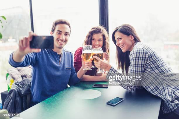友人とドリンクを楽しめます。ビール、selfie を取って、パブで楽しい友人のグループ