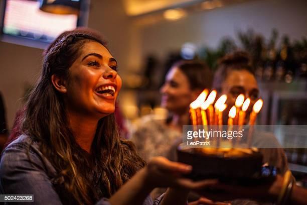 Freunde haben eine Menge Spaß im Geburtstag