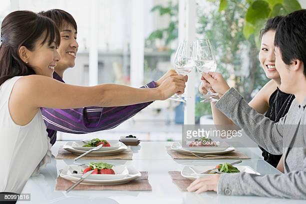 Amigos teniendo una comida