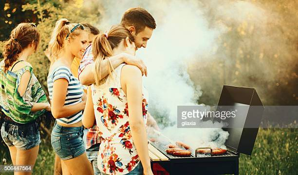 Freunde mit barbecue-party.