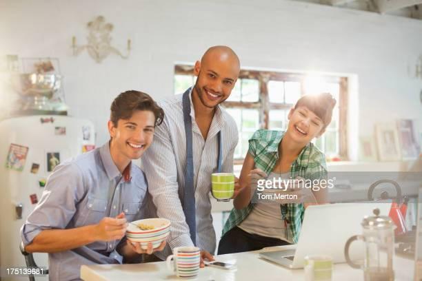 Freunde, die zusammen in der Küche