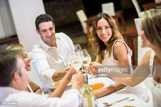 Amis après le dîner et faire un toast
