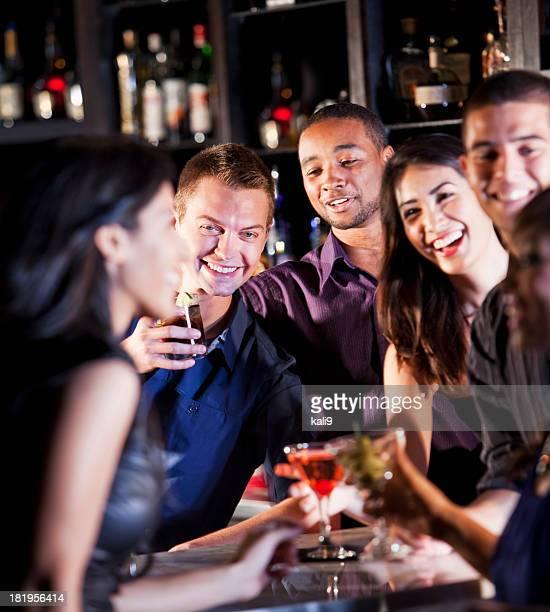 Amigos y disfruta de bebidas en el bar