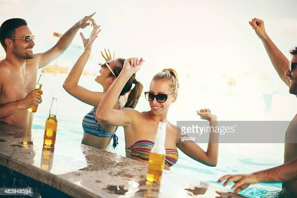 Freunden, die Spaß an der Strand-bar.
