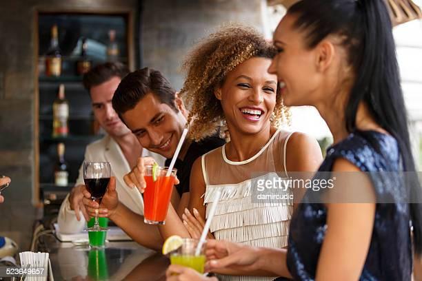 ご友人とご一緒にお楽しみください。バーの屋外