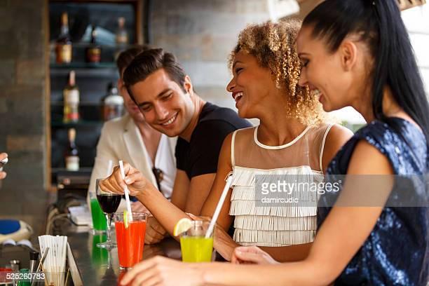 Amici che si diverte nel bar all'aperto