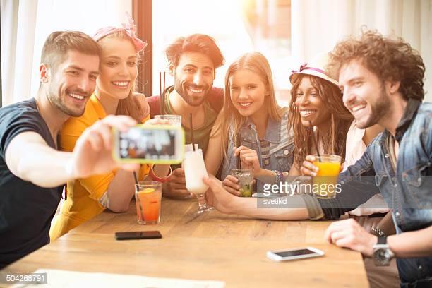 Amis s'amuser au bar.